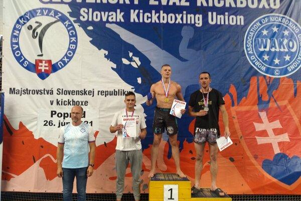 """Lukáš Pribilinec (druhý zľava) pri svojej súťažnej premiére vystúpil na """"bedňu"""""""