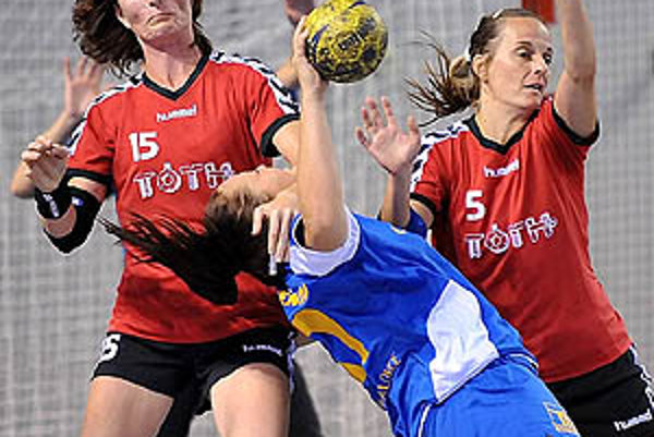 Ženy Močenka si pripísali tretie víťazstvo. V červených dresoch Jolana Moravanská a Jana Jablonická.