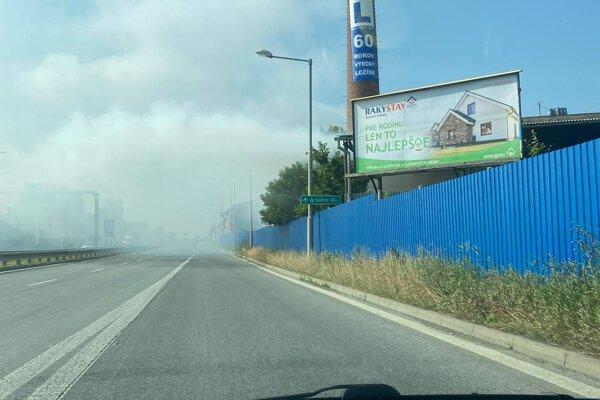 Pre hustý dym bola na výjazde z Prešova do Košíc znížená viditeľnosť na ceste.