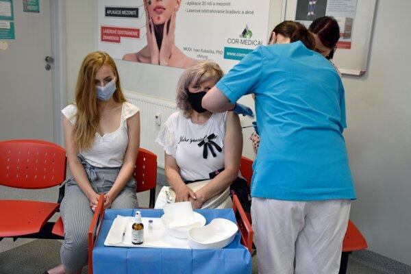 Očkovať proti covidu u ambulantných lekárov začali 1. júla 2021.