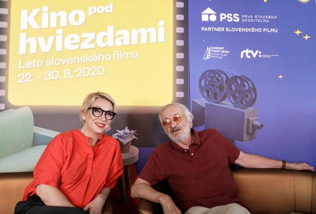 Zľava prezidentka Slovenskej filmovej a televíznej akadémie Wanda Adamík Hrycová a herec Milan Lasica počas tlačovej konferencie Slovenskej filmovej a televíznej akadémie k projektu Kino pod hviezdami.