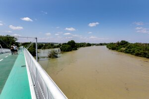 Pohľad na rozvodnenú rieku Morava z Cyklomosta slobody v Bratislave.