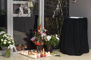 Fotografia, kvety, sviečky a kondolenčná kniha vo vchode do Štúdia L+S v Bratislave.