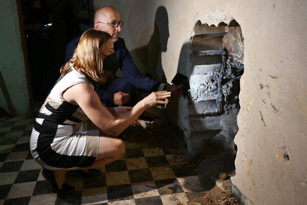 Na snímke v popredí ministerka kultúry Natália Milanová (OĽANO) a architekt Pavol Ďurko počas prehliadky priestorov budúceho Kreatívneho centra v Trnave