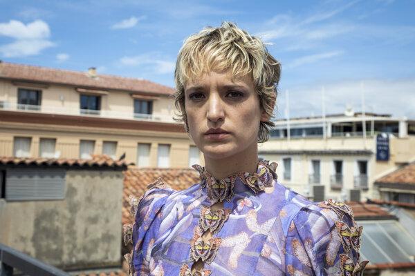 Agathe Rousselle hrá hlavnú rolu vo filme Titane, ktorý zvíťazil na festivale v Cannes.
