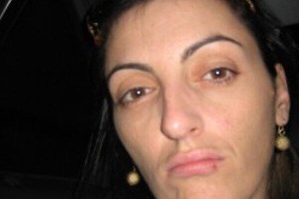Polícia pátra po tejto žene.