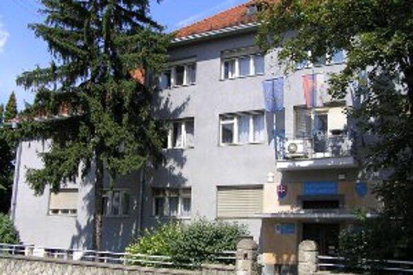 Zlaté Moravce vydávajú mestský dvojtýždenník Tekovské noviny. Poslanec Chládek a primátor Lednár sa nezhodli na tom, ako sa majú vyberať zástupcovia poslancov do rady periodika.