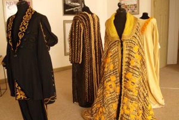 Na výstave nechýbajú kostýmy z predstavení a opier.