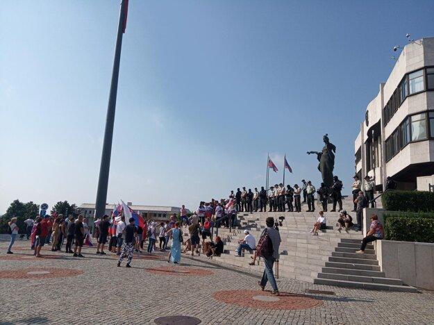 Protestujúci pred parlamentom.