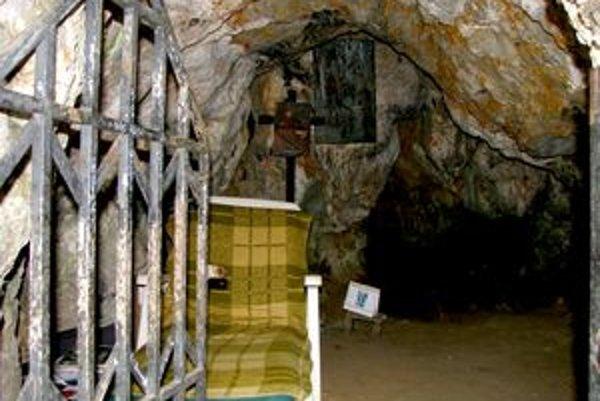 Svoradovu jaskyňu obýva bezdomovec.