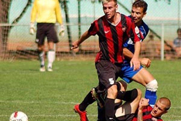 Zo zápasu Trnava B - Šaľa (1:0) v modrom drese veterán Dusla Oskar Lancz, vzadu brankár Hužovič.