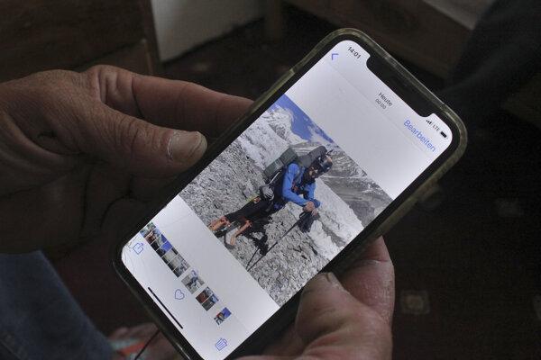 Stephen Keck, jeden z horolezcov, ktorí lavínu prežili, ukazuje v mobile fotografiu zosnulého Ricka Allena.