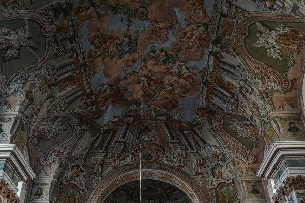 Pohľad na iluzívne fresky vpiaristickom kostole.