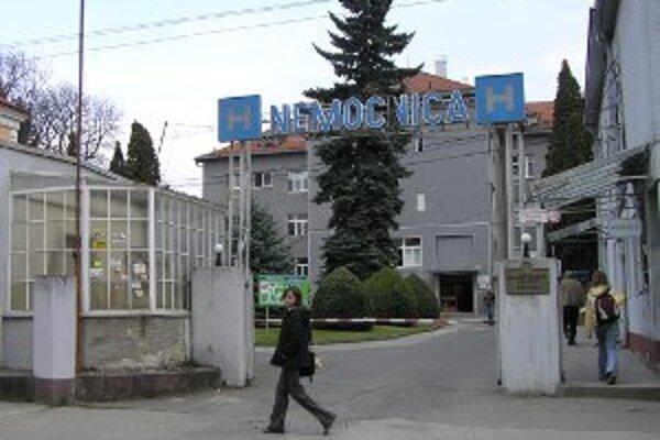 Mestská nemocnica má nového riaditeľa. Keďže mesto odmietlo o Michalovi Grujbárovi zverejniť detaily, zakrýva jeho minulosť rúško tajomstva.