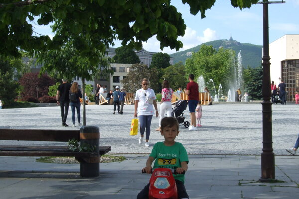 Pohľad na Svätoplukovo námestie z pešej zóny.