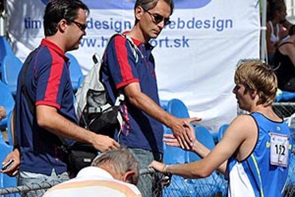 Šéfovia klubu Tibor Danáč (v strede) a Martin Illéš mohli byť s výkonmi atlétov na M-SR družstiev spokojní.