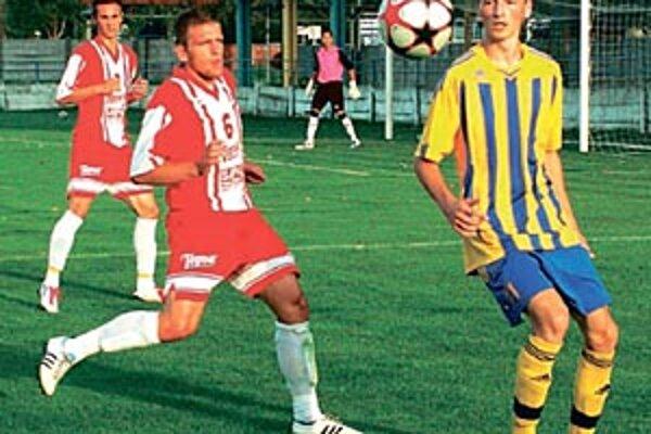 Vráble hrali s Topoľčanmi 3:3. Zľava hosťujúci obranca Patrik Mikuš (6) a domáci útočník Michal Sojka.