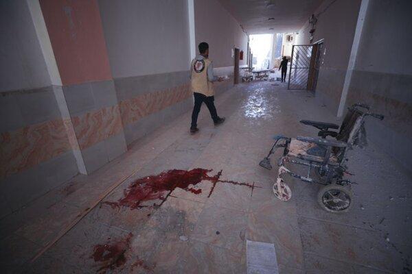 Stopy krvi sú na dlážke nemocnice v sýrskom meste Atarib na severozápade Sýrie v nedeľu 21. marca 2021.