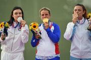 Slovenská strelkyňa Zuzana Rehák Štefečeková (uprostred) sa teší zo zisku zlatej medaily.