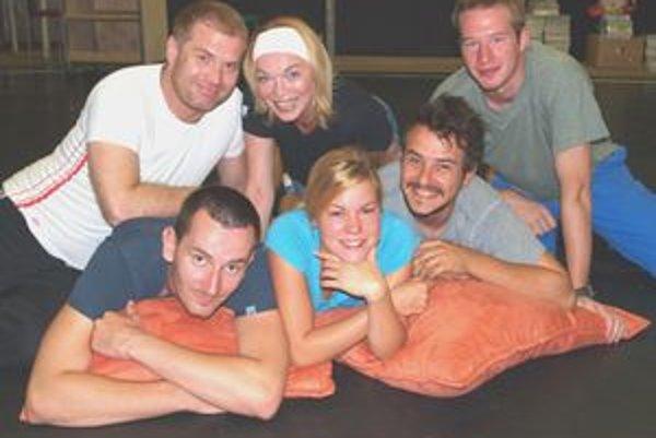 Herci pri skúške Dark Play - zľava dole Jakub Rybárik, Alenka Pajtinková, Peter Oszlík, zľava hore Marcel Ochránek, Daniela Kuffelová a Roman Poláčik.
