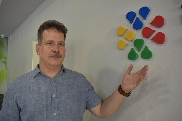 Ladislav Csehely je autorom víťazného loga sninskej plavárne.