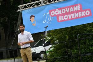 Poslanec Európskeho parlamentu Michal Šimečka počas verejnej manifestácie s názvom Za očkované Slovensko