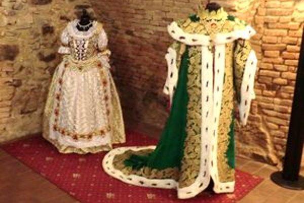Kópie kostýmov Márie Terézie a Antona Grasalkoviča.