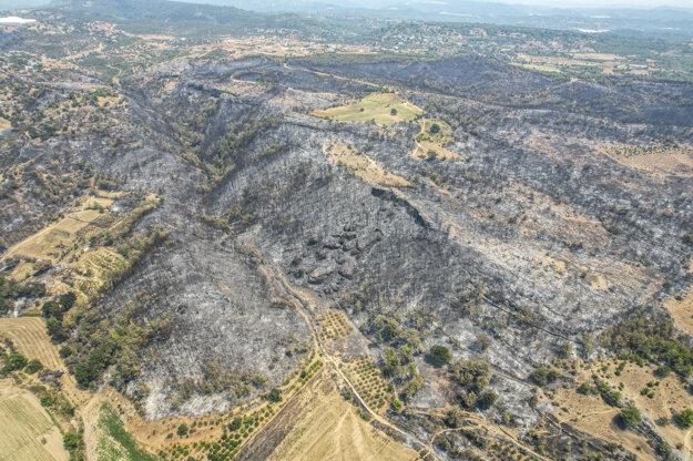 Zhorené plochy lesa v okolí mesta Manavgat v provincii Antalya.