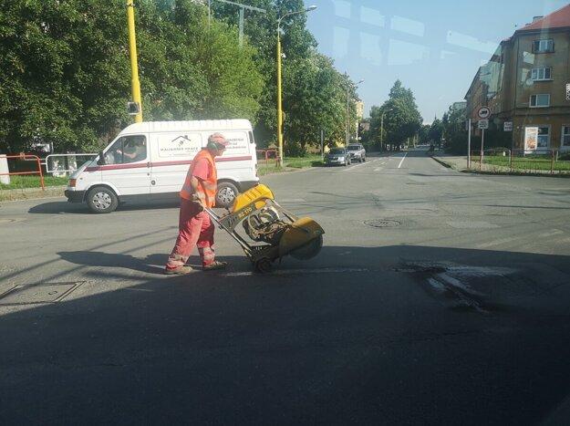 Opravy výtlkov koncom júla na Škultétyho ulici.