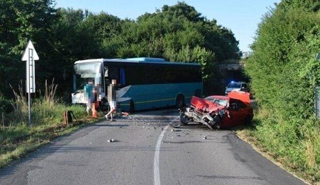 Za Strážskym sa zrazilo BMW s autobusom.