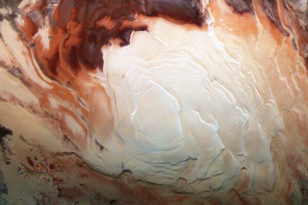 Biela časť na zábere je polárna čiapka na juhu Marsu. Tvorí ju zmrazená voda a oxid uhličitý. Pod ľadom sa zrejme neukrýva voda.