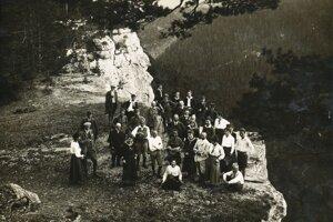 Výletníci na Tomášovskom výhľade v roku 1919.
