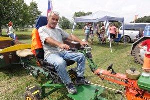 Traktoristom dal náročný terén zabrať.