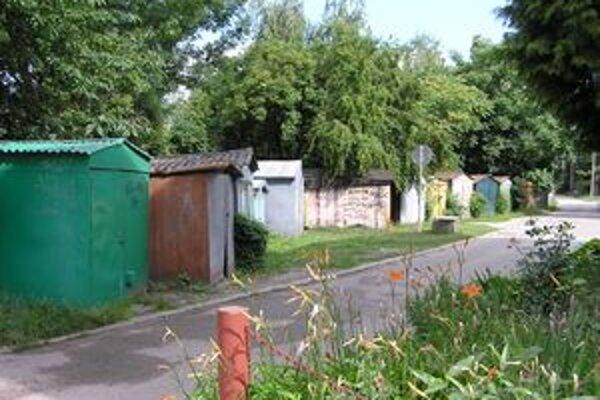 Plechové garáže stoja na mestských a biskupských pozemkoch.