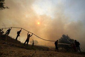Naprieč Gréckom bojuje s veľkými požiarmi viac ako tisíc hasičov.