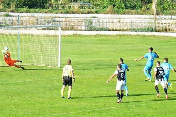 Brankár Myjavy Koníček vystihol penaltu, ktorú kopal Šaľan Hlavatovič.