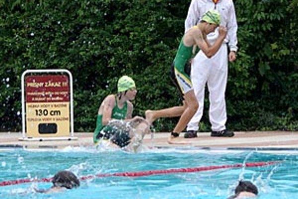 Na pretekárov najskôr čakalo plávanie.