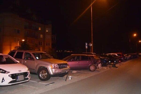 Mladý vodič zrámoval na parkovisku 6 áut.