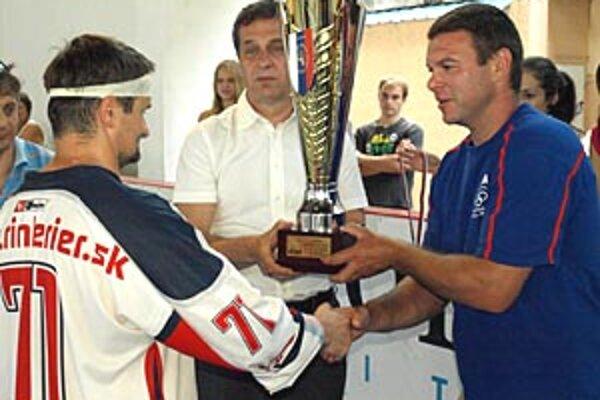 Pred rokom odovzdával Jozef Stümpel víťazný pohár kapitánovi tímu OHL Zvolen.