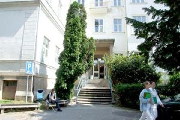 Doliečovacie oddelenie sídlilo v tejto budove. Záujem o ňu má Stredná zdravotnícka škola v Nitre.