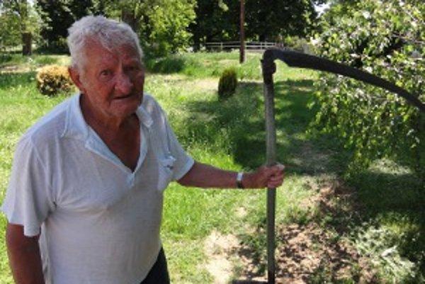 Trávu na pozemkoch patriacich mestu musí skášať aj 81-ročný Jozef Polák z Prílep. Zlaté Moravce túto mestskú časť kosiť nestíhajú.