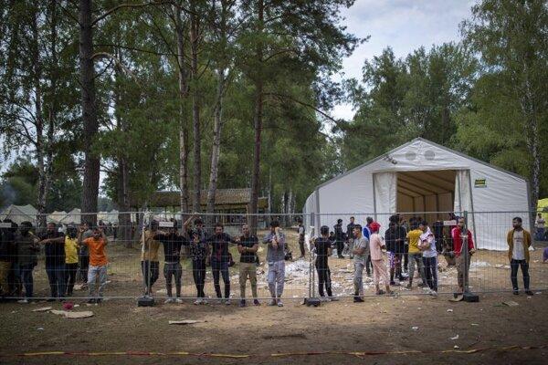 Migranti v litovskom zadržiavacom tábore Rudninkai.