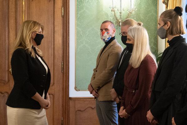Zľava Natália Pažická, Marta Fandlová, Jakub Hrbáň, Michal Sabo z inicatívy Klíma ťa potrebuje počas stretnutia s prezidentkou Čaputovou.