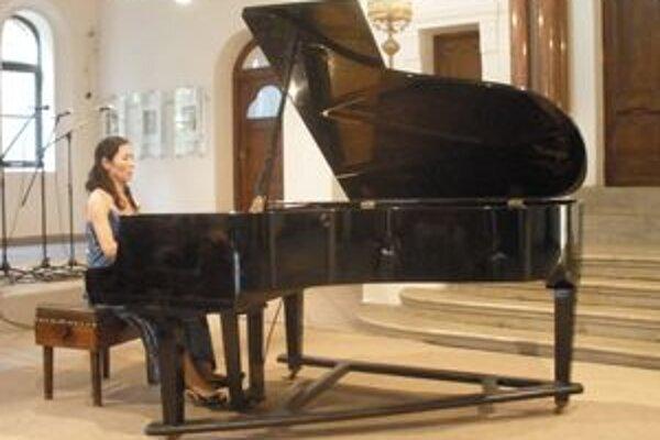 Japonská klaviristka Junko Tatar má za manžela rodáka z Topoľčian, husľového virtuóza  Henricha Tatara.