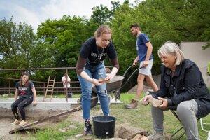 Archeologičla Jarmila Schmidtová, v pravo, pri práci so študentami