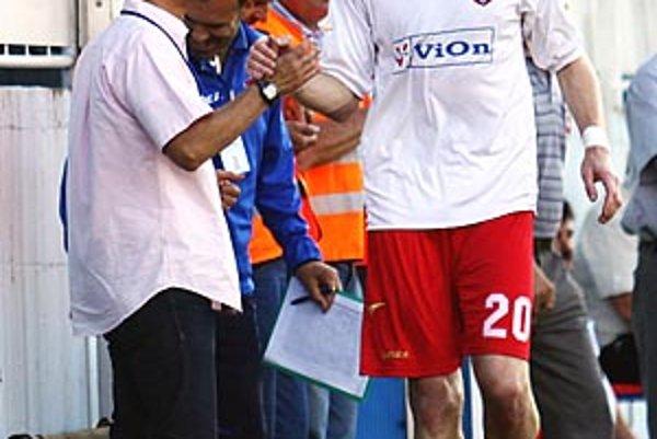 Karol Pavelka sa v stredu tešil s trénerom Jurajom Jarábkom z dvoch gólov v sieti DAC-u. V sobotu však nedohral.