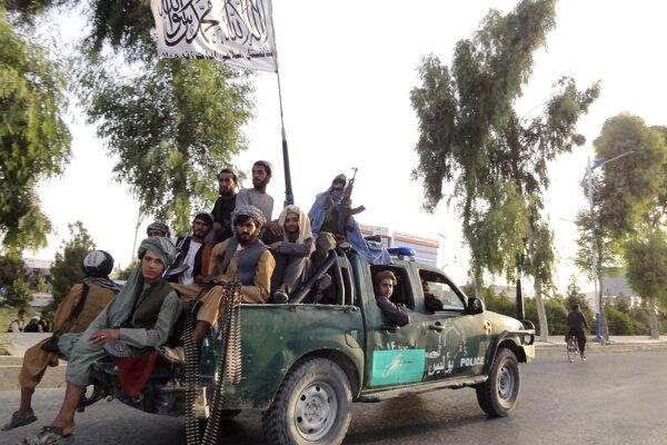 Bojovníci Talibanu v uliciach Kandaháru.