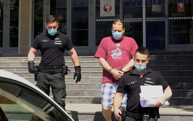 Polícia odviedla notára Kavečanského do väzby.