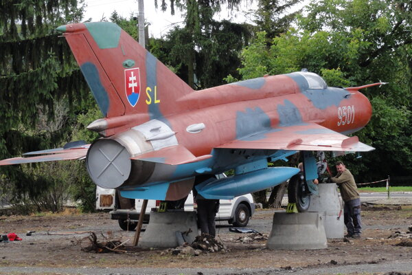 MiG 21 osadzujú pri železničnej stanici na Sliači.