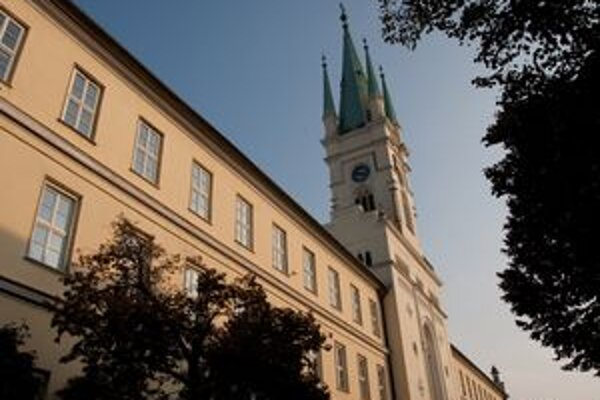 V kostole Navštívenia Panny Márie na Farskej ulici každú hodinu do 21.00 h sprístupnia podzemné krypty.